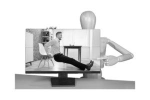 Unser Model weist auf Anleitungen zum Rückentraining für den Arbeitsplatz hin um die eigene Beweglichkeit nachhaltig sicher zu stellen