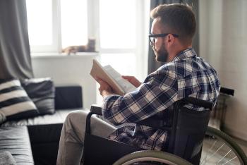 Das Foto im Beitrag der Johanniter rund um das Wohnen mit Handicap zeigt einen jungen Mann im Rollstuhl.