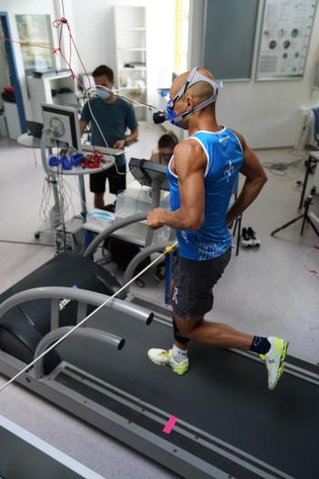 Das Bild zeigt eine Läufer auf einem Laufband im Labor bei der Analyse der Leistungssteigerung durch High-Tech im Laufschuh