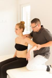 Das Foto zeigt Faszientherapeut Patrick Nehmzow bei der Faszienbehandlung als Teil der Faszientherapie