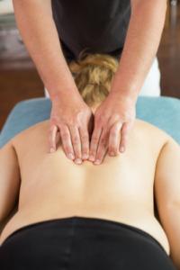 Das Foto zeigt Faszientherapeut Patrick Nehmzow bei der Faszienbehandlung im Rückenbereich als Teil der Faszientherapie
