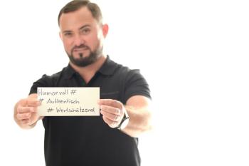 """Das Bild zeigt Franlin Toma mit einem Postid mit Begriffen seiner Arbeitsweise als Ausdruck negativer Haltung hier im Beitrag """"Deine innere Haltung beeinflusst dein Wohlbefinden"""""""