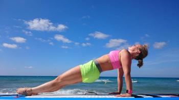 Das Bild zeigt Julia Klesse bei einer der vielen SUP Yoga Übungen, dem umgedrehten Brett.