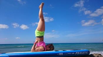 Das Bild zeigt Julia Klesse bei einer der vielen SUP Yoga Übungen, der Kerze.