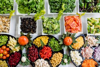 Das Bild zeigt die vielen Farben des Gemüses zur Kreation einer Salat Bowl