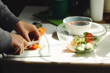 Das Bild zeigt die Zubereitung einer Salat Bowl