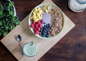 Das Bild zeigt eine Müsli- und Obstschale hier im Artikel Ernährung zur Stärkung für das Immunsystem