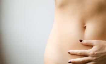 Das Bild zeigt den Bauch einer Frau zum Thema der Darm hier im Artikel Ernährung für das Immunsystem