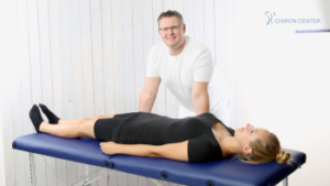 """Das Bild zeigt den Faszientherapeuten Patrik Nehmzow mit einer Patientin im Behandlungsraum seiner Praxis hier im Beitrag """"""""Den Wadenschmerz vermeiden – Tipps aus der Faszien-Therapie"""""""