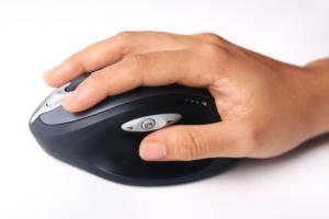 """Das Bild zeigt eine Hand auf einer Computermaus als Beispiel für die unnatürliche Positionierung hier im Beitrag """"Die Maushand, der Mausarm, was kannst du tun"""""""
