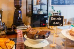 """Das Bild zeigt eine Verkaufstheke mit einem Teller Brownies als Beispiel ungesundem aber wohlschmekenden Lebensmitteln hier im Beitrag """"Ein Ernährungs-Präventionskurs: Das sollte er dir bieten"""""""