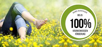 Das Foto zeigt einen Menschen in einer Blumenwiese als Sinnbild wie die Progressive Muskelentspannung gegen emotionales Essen helfen kann.