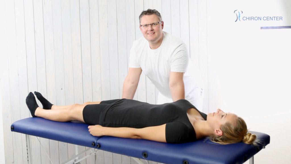Das Bild zeigt Patrick Nehmzow bei der Behandlung einer jungen Frau im Rahmen seiner Faszientherapie