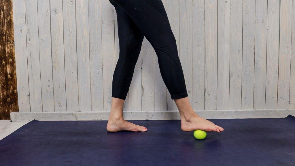 Das Bild zeigt Übungen zur Faszientherapie bei Fersensporn