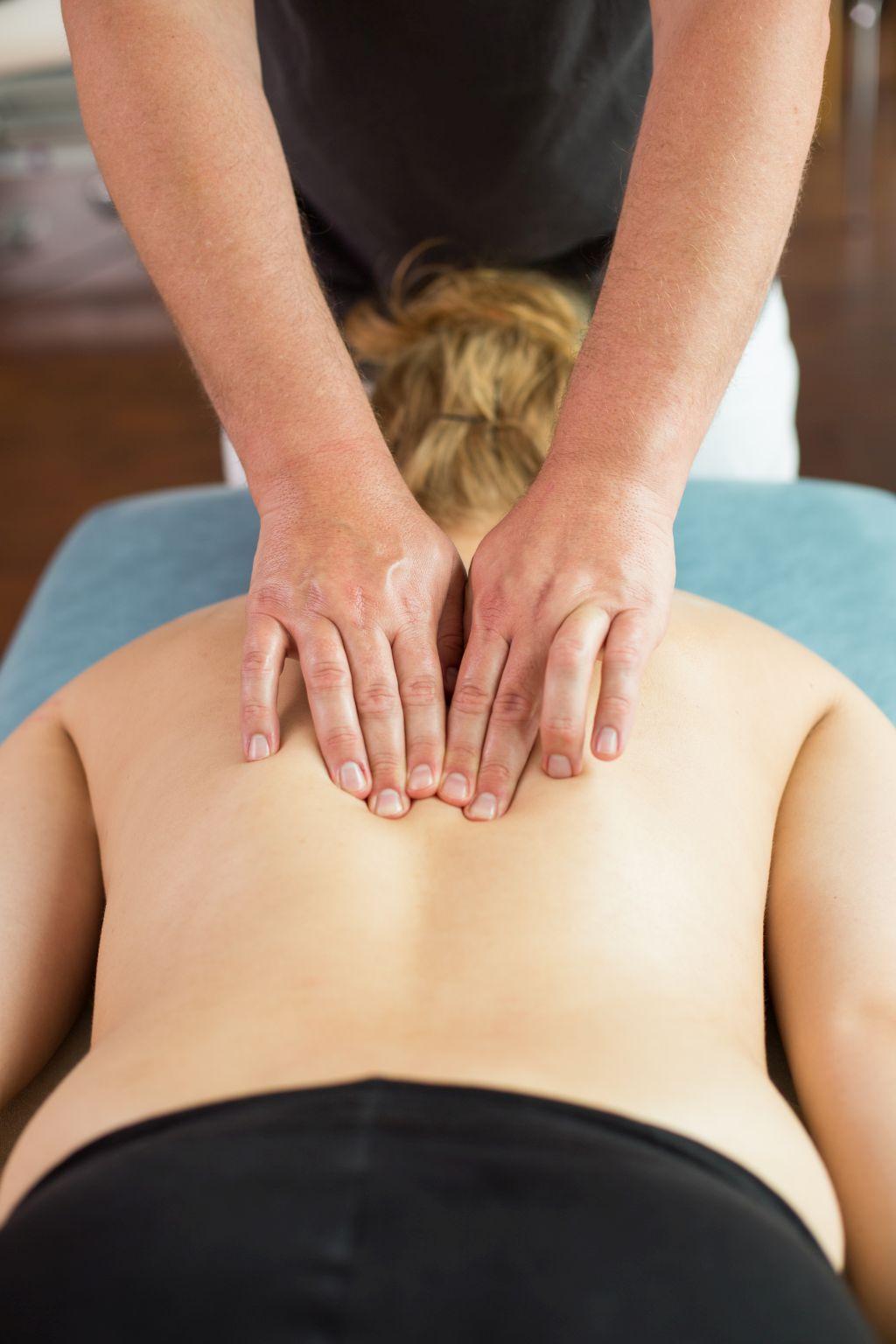 Das Foto zeigt Faszientherapeut Patrick Nehmzow bei der Wirbelbehandlung im Rückenbereich als Teil der Faszientherapie zur Schmerztherapie