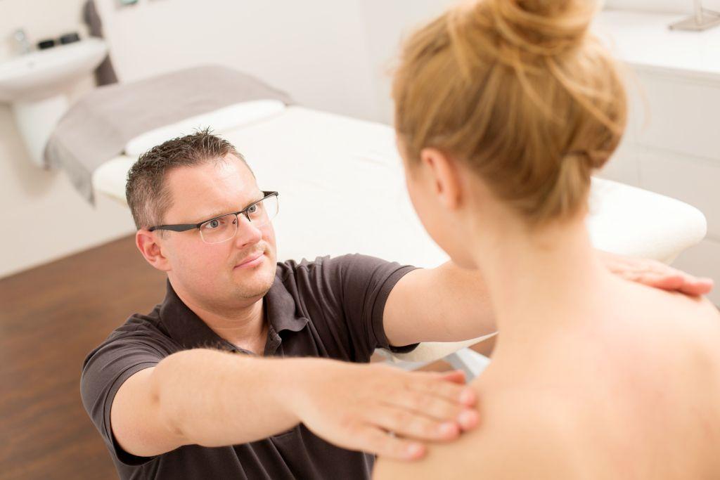 Das Foto zeigt Faszientherapeut Patrick Nehmzow bei der Untersuchung der Statik des Körpers als Teil seiner Faszientherapie