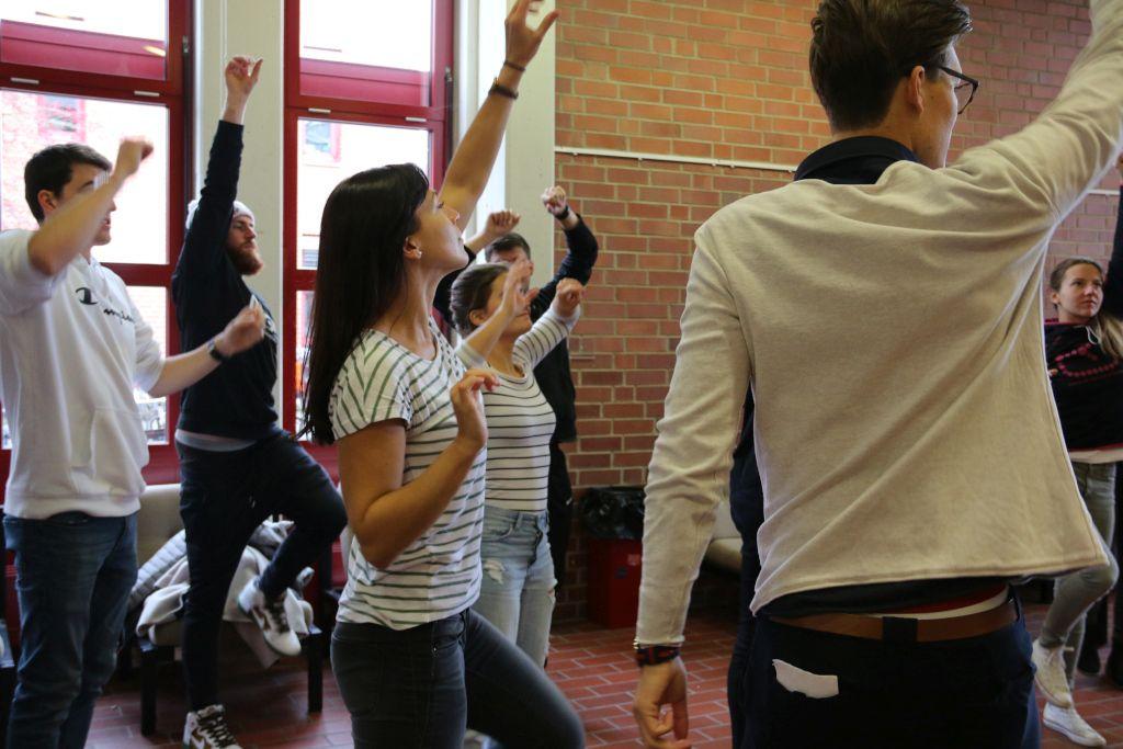 Das Foto zeigt Studenten bei körperlichen Übungen in einer bewegte Pause als Teil der Studie zur Bewegung am Arbeitsplatz