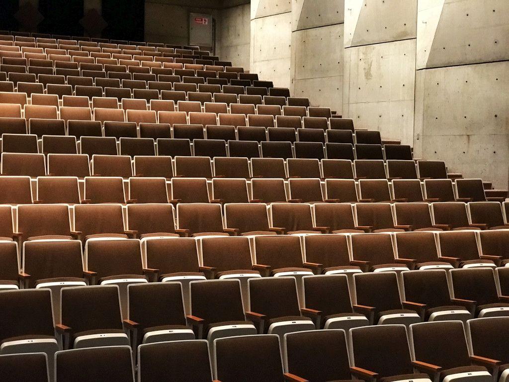 Das Foto zeigt einen leeren Hörsaal als Sinnbild für vorgeschriebenes stilles Sitzen statt gesunder Bewegung am Arbeitsplatz