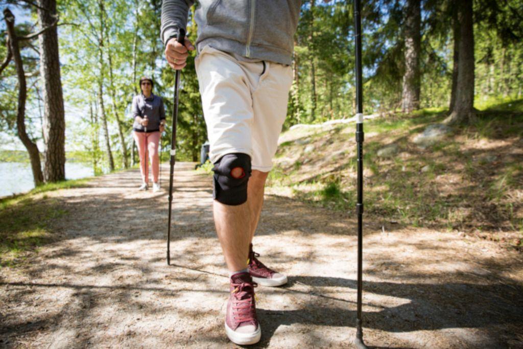 Das Bild zeigt zwei Menschen beim Nordic Walking als Sinnbild für das Lernen von Bewegung im Rahmen von Aktivreisen und Präventionsreisen zur persönlichen Gesunderhaltung