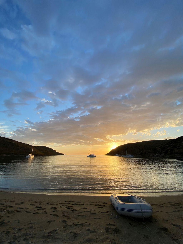 Das Foto zeigt ein Schlauchboot an einem einsamen Strand einer Bucht im Sonnenuntergang als Sinnbild für die Möglichkeiten zu alternativen Bewegungsarten durch therapeutisches Segeln