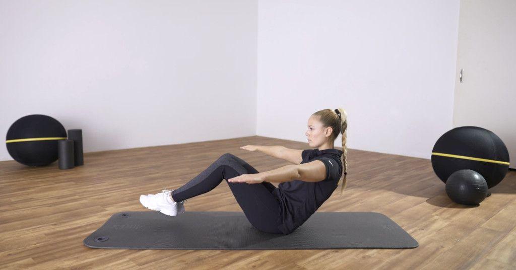 Das Foto zeigt die Trainerin Sarah beim Vormachen einer Rückenübung im Online Präventionskurs Rückenfit