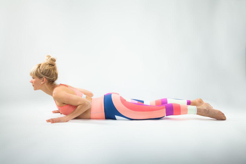 Das Foto zeigt die Autorin Tina Schneider bei einer typischen Übung aus ihrem Online Präventionskurs für einen starken Rücken