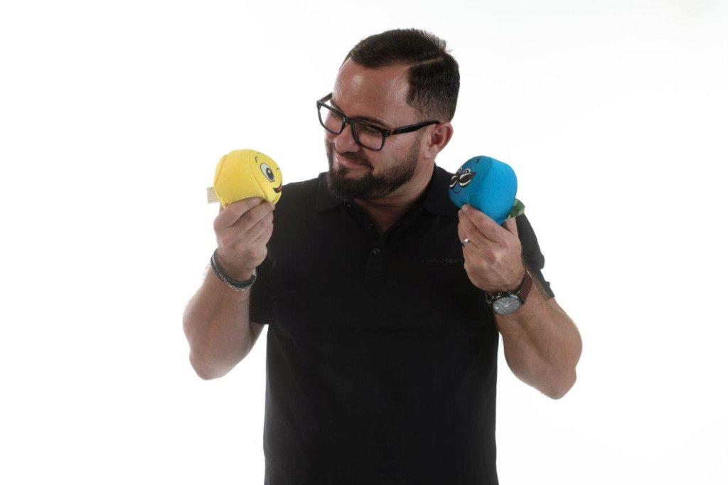 Das Foto zeigt den Coach Franlin Toma mit zwei Puppen für positive und negative Emotionen zur Verdeutlichung der Einflüsse auf die innere Haltung und das Wohlbefinden