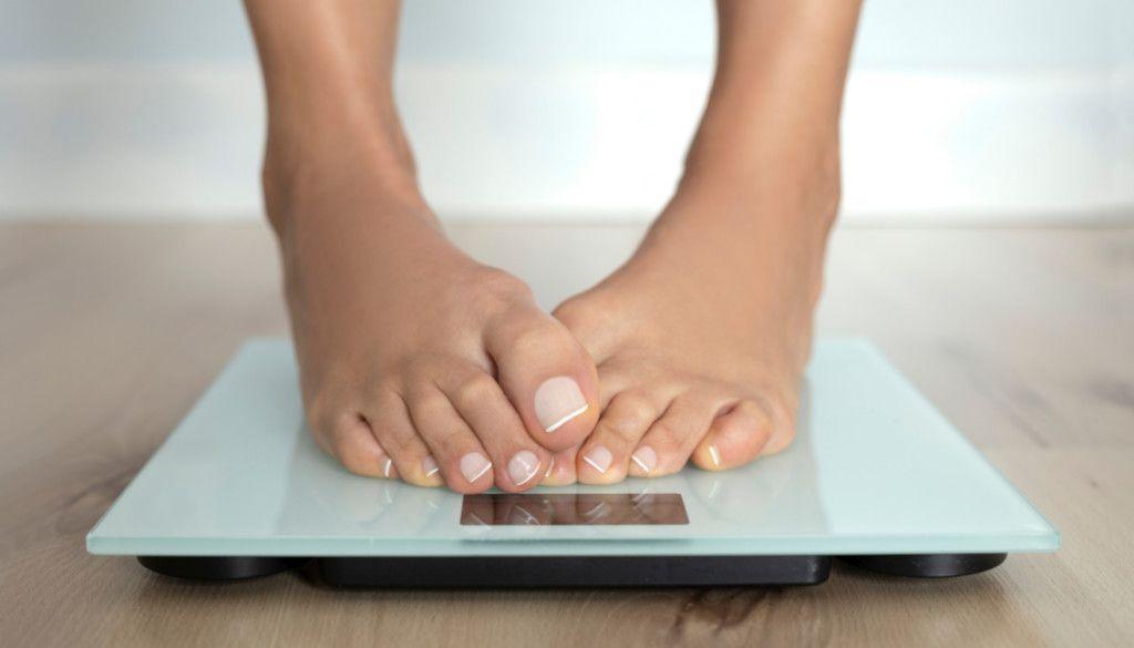 Das Foto zeigt zwei Füße auf einer Waage als Sinnbild wie die Progressive Muskelentspannung gegen emotionales Essen helfen kann