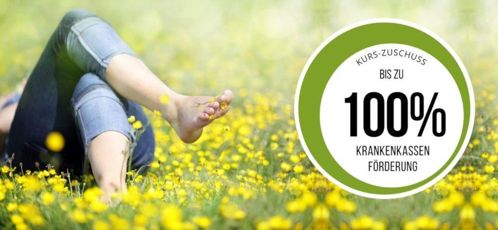 Das Foto zeigt einen Menschen in einer Blumenwiese als Sinnbild wie die Progressive Muskelentspannung gegen emotionales Essen helfen kann