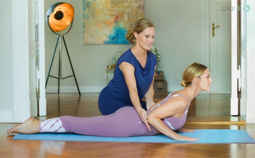 Das Foto zeigt zwei Frauen bei einer angeleiteten Dehnübung um die Anleitung bei den Übungen im Online Präventionskurs Pilates zu veranschaulichen