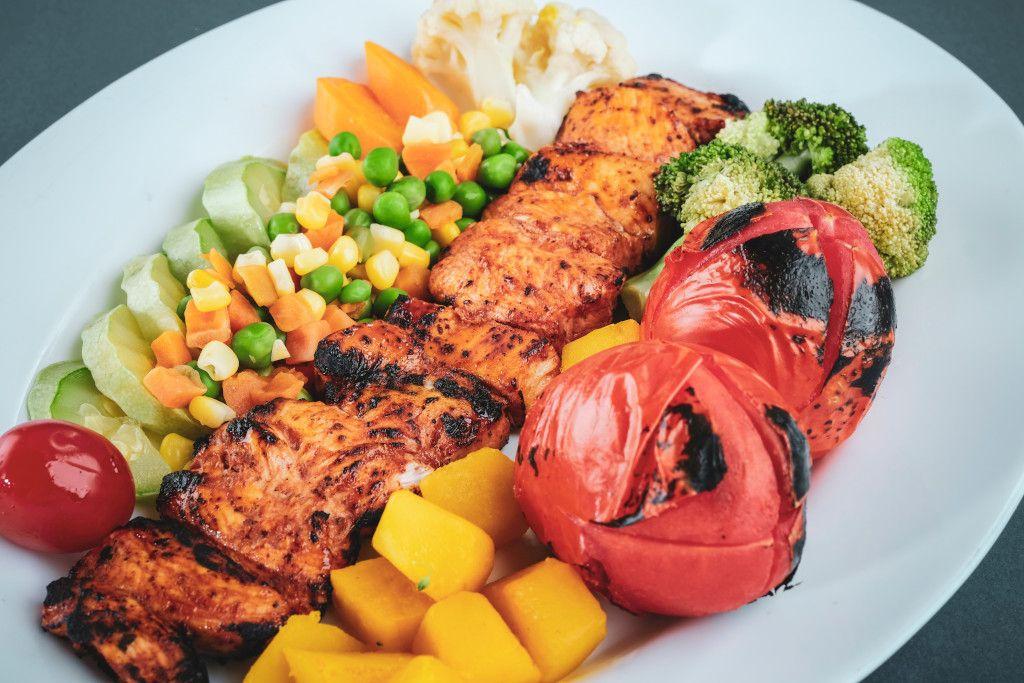 Das Bild zeigt einen Teller mit ausgewogene Ernährung als Sinnbild für die Bedeutung der richtigen Ernährung für das Immunsystem