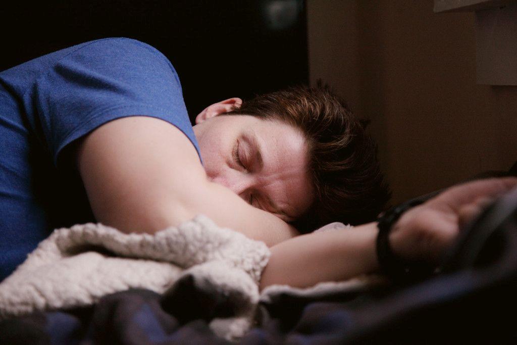Das Bild zeigt einen schlafenden Mann als weiterem Aspekt zur Bedeutung der richtigen Ernährung für das Immunsystem