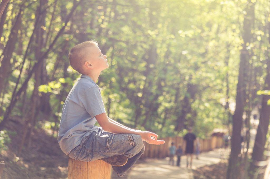 Das Bild Zeigt einen Jungen in der Sonne zum Thema Vitamin D als weiterem Aspekt zur Bedeutung der richtigen Ernährung für das Immunsystem