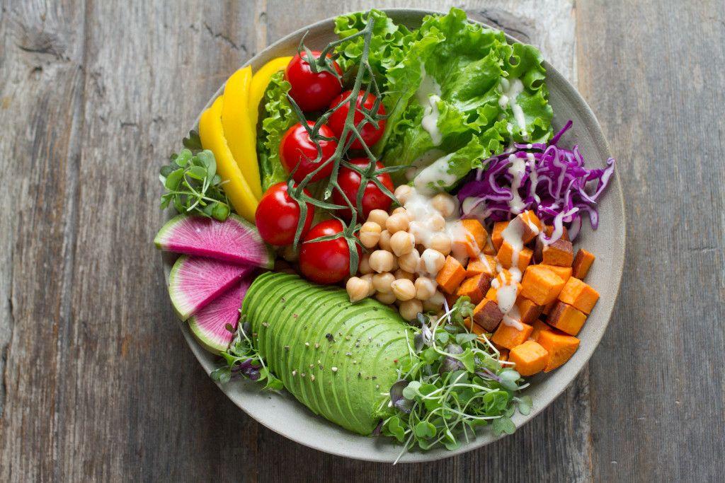 Das Bild zeigt einen Teller mit unterschiedlichem Gemüse um auf die Farbunterschiede hinzuweisen als Beispiel aus dem Online-Präventionskurs zur Ernährung