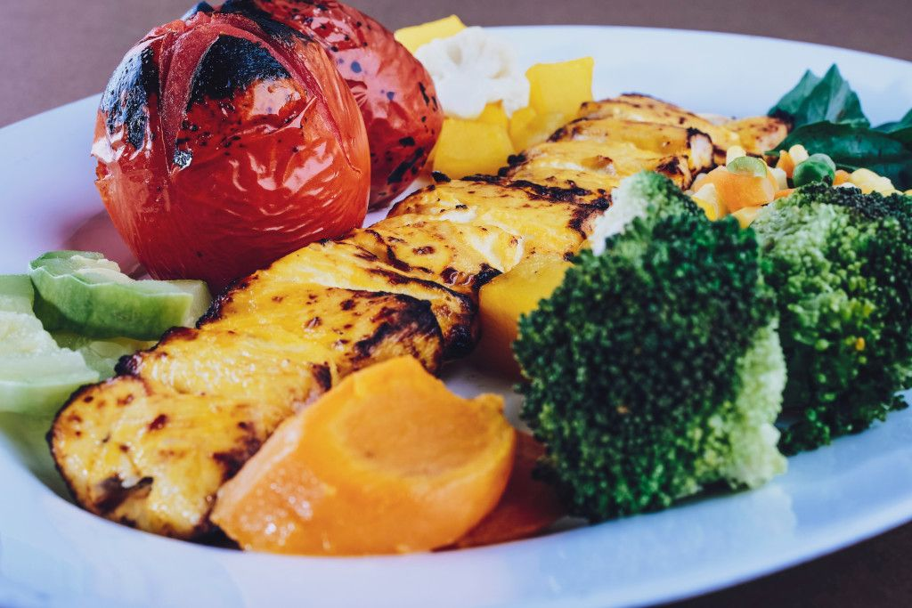 Das Bild zeigt einen Teller mit gegrilltem Gemüse als Alternative zu ungesunder Ernährung als Beispiel aus dem Online-Präventionskurs zur Ernährung