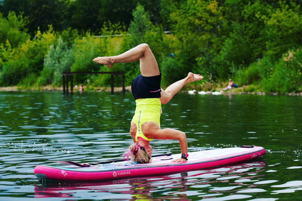 Das Bild zeigt Julia Klesse beim Kopfstand beim SUP Yoga.