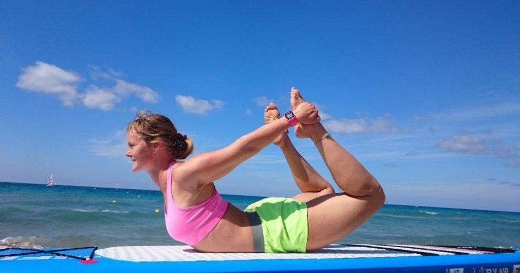 Das Bild zeigt Julia Klesse bei einer der vielen SUP Yoga Übungen, dem Bogen.